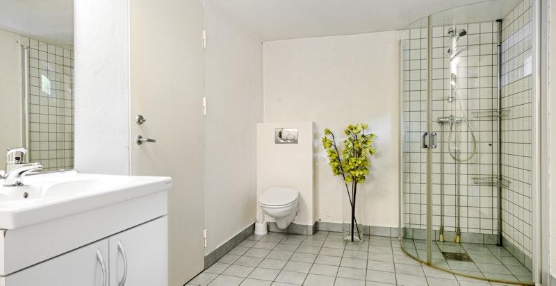 På innsiden av dette rommet er det også et stort baderom. Du har i tillegg til dette et vaskerom / bod / lager på innsiden her igjen.