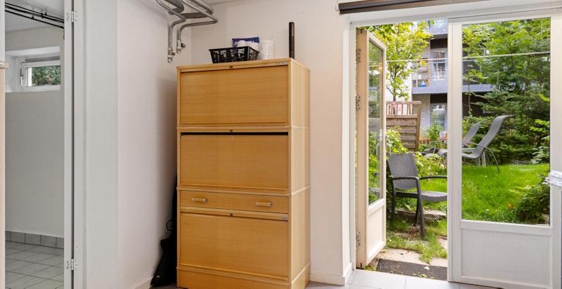 I kjelleren har du direkte utgang til hagen via kontor / soverom IIII