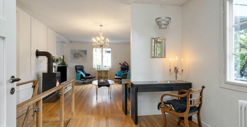 Stuen er svært romslig og har god plass til diverse inneredning.