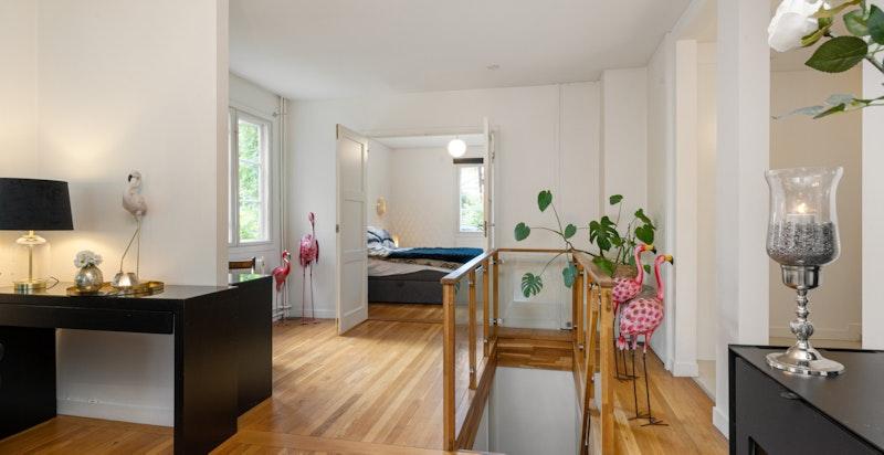 I stuen har du også inngang til hovedsoverommet og trapp ned i kjelleren.