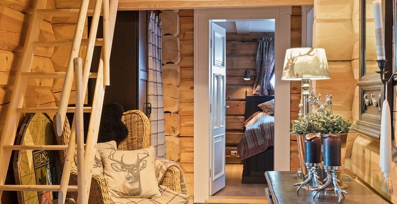 Hall med trapp opp til hemsen