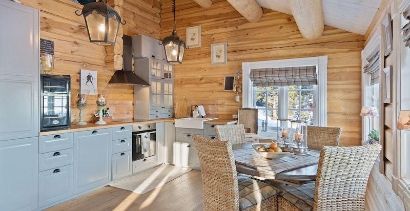 Innbydende og gjennomført kjøkken. Høyt under taket!