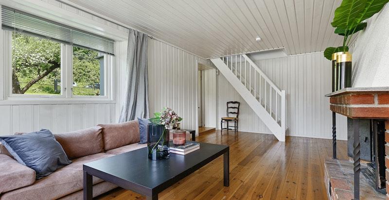 Underetasjen har egen inngang og består av 1 soverom, stue, bad og hybelkjøkken