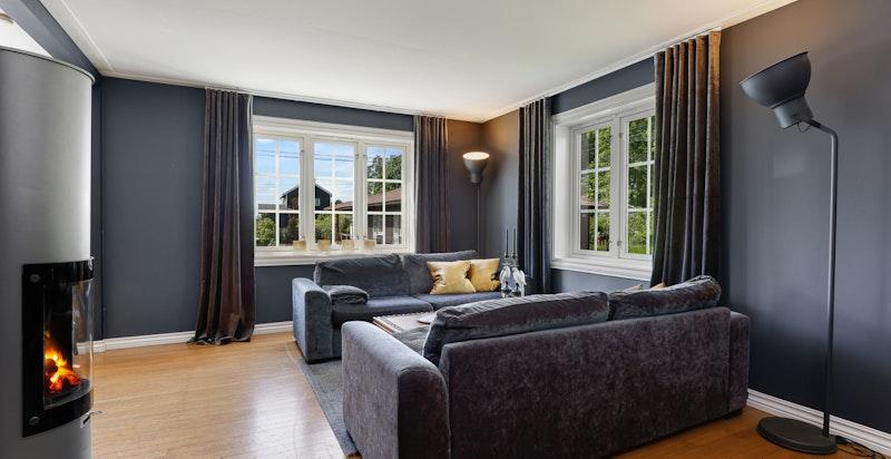 Stuen er lys og har flotte klassiske vinduer.