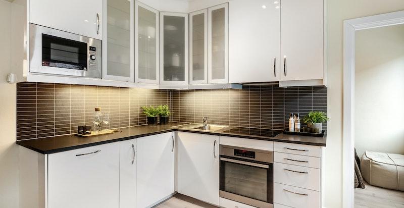 Pent og moderne kjøkken med god benkeplass og lagringsplass.