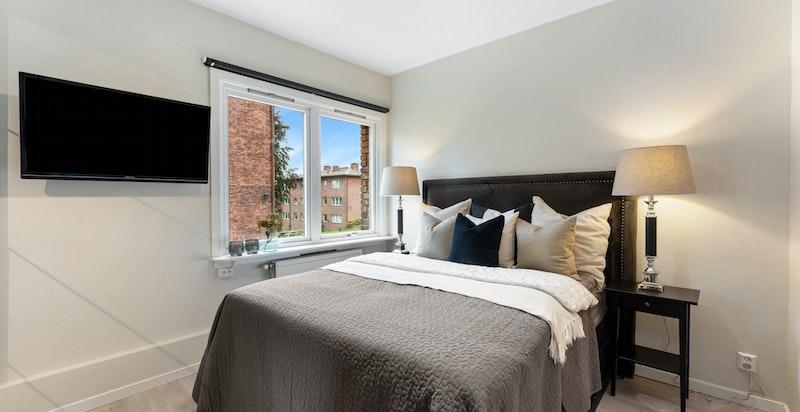 Hovedsoverom- god plass for stor seng, gode skap og tv.