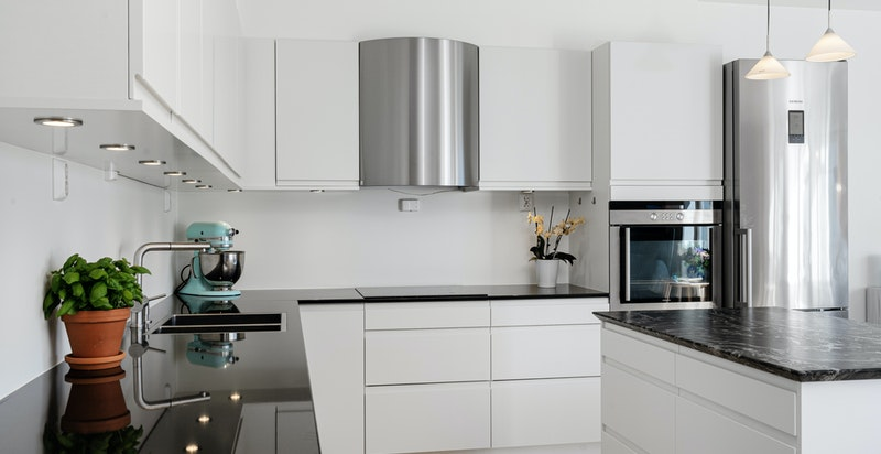 Kjøkken fra Sigdal med granitt benkeplate, samt kjøkkenøy med lagringsplass.