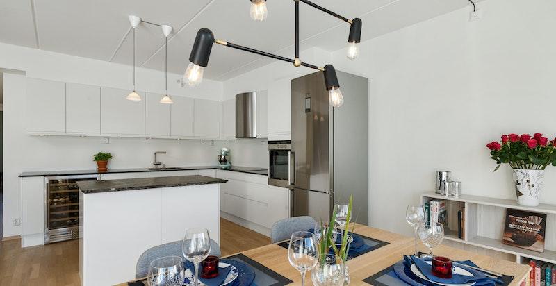Enkel og praktisk tilknytning mellom kjøkken og spisestue