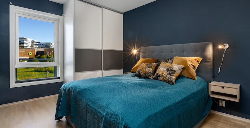 Hovedsoverom med plass for stor seng og skap på begge sider