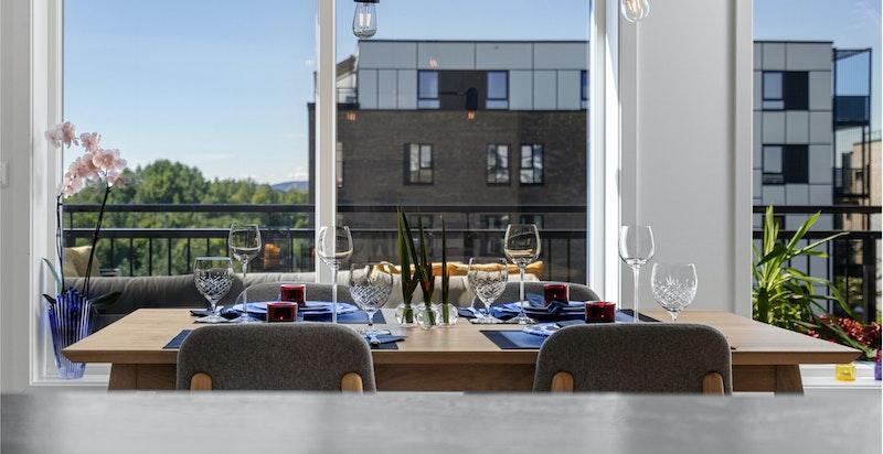 Enkel og praktisk tilknytning mellom kjøkken og spisestue Store gode vinduer gir mye naturlig lys.