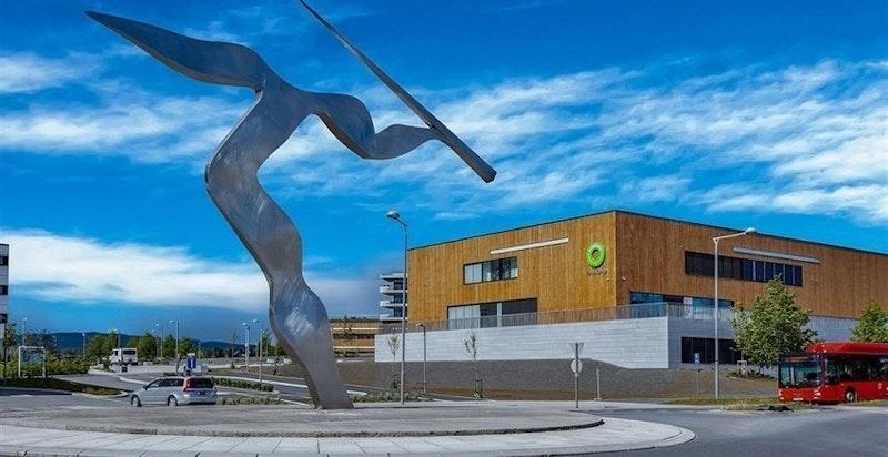 Fornebu Kjøpesenter med over 80 butikker og restauranter, treningssenter Sats, Vinmonopolet m.m.
