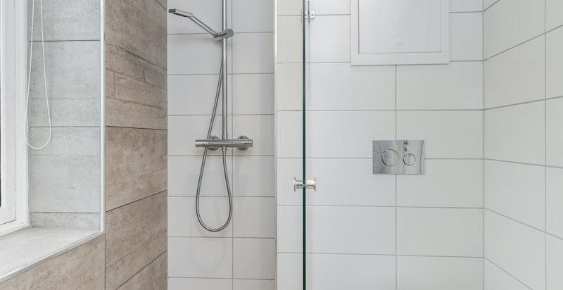 Bad med dusjnisje og vegghengt toalett