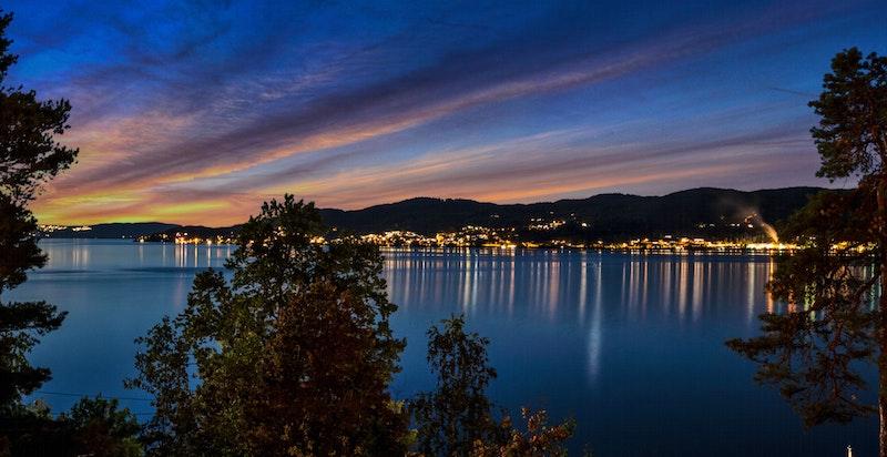 Utsikt mot Steinsbråtan fyr på kveldstid