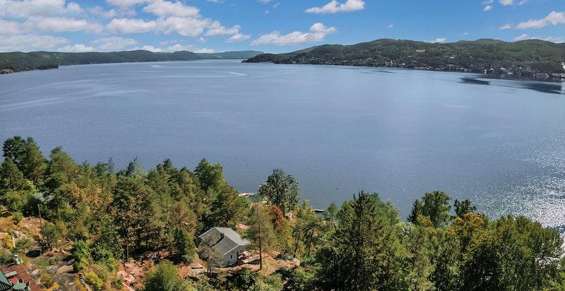 Hytta ligger ca. 60 meter fra sjøen og har tilhørende båtfeste.