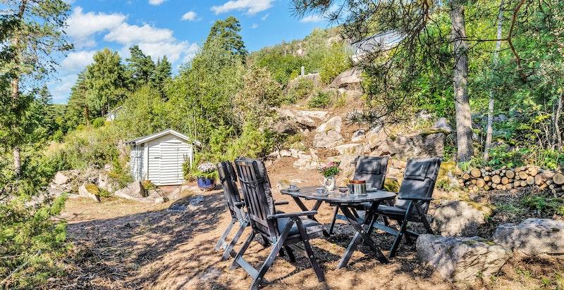 Hyggelig uteplass med fin fjordutsikt, anneks og stor naturttomt