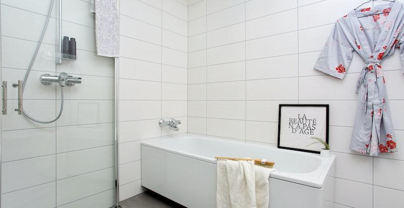 Bad i andre etasje med badekar - praktisk plassert mellom de fire soverommene.