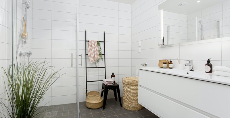 Pent flislagt bad i første etasje med adkomst fra entréen - opplegg for vaskemaskin