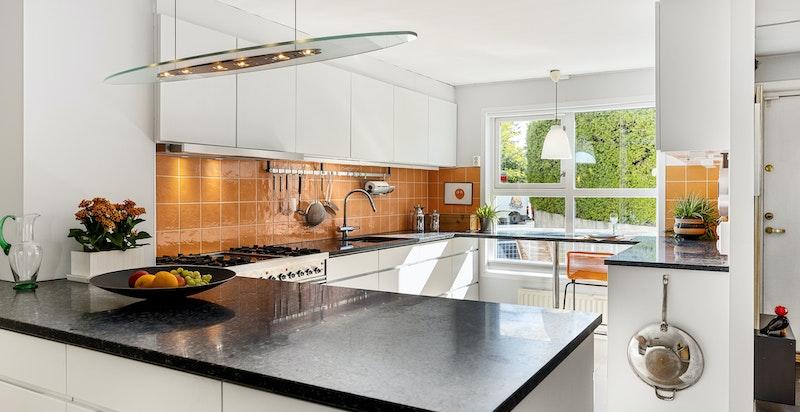 God arbeidsplass i kjøkkenet. Kvikkjøkken med alt utstyr og nyere granitt benkeplate.