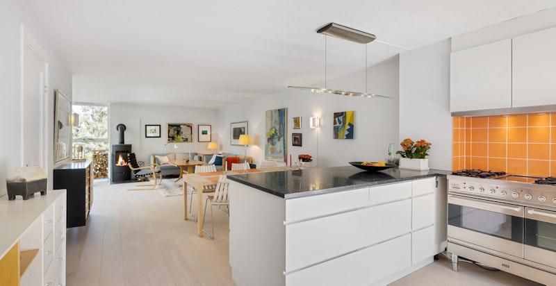 Stue med åpent kjøkkendesign. Fin plass til både spisegruppe og sofagruppe.