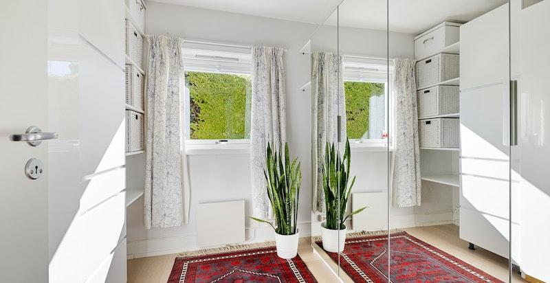 Soverom/kontor som i dag brukes som walk-in garderobe