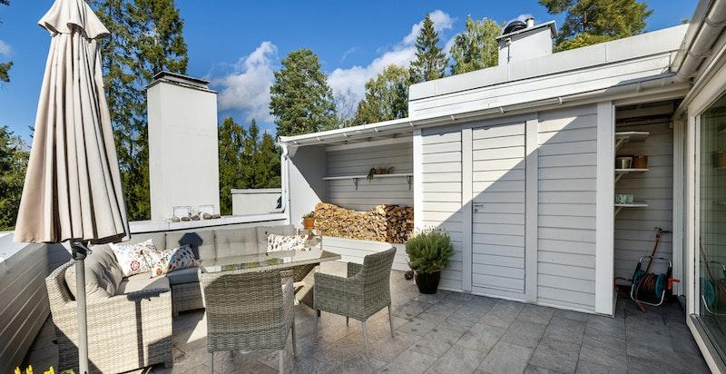 Takterrasse - god plass til lounge, grill og det man trenger. Både vann og strøm på terrassen.