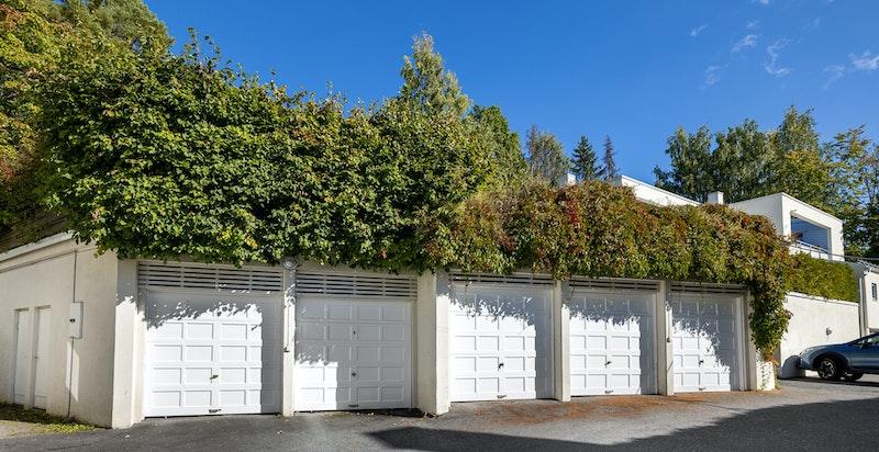 Medfølgende garasjeplass (samt en del biloppstillingsplasser for gjester)