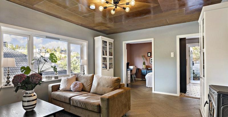 Stor stue i underetasjen med vedovn - åpent mot kontor (kan bli et ekstra soverom!)