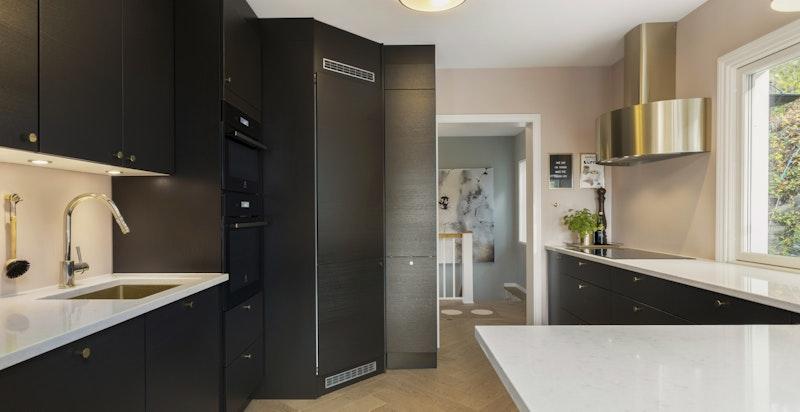 Kjøkkenet har lekre benkeplater og stort kjølehjørne