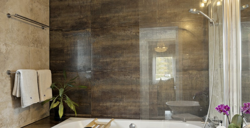 Bad i hovedetasjen - lekkert, flislagt bad med badekar