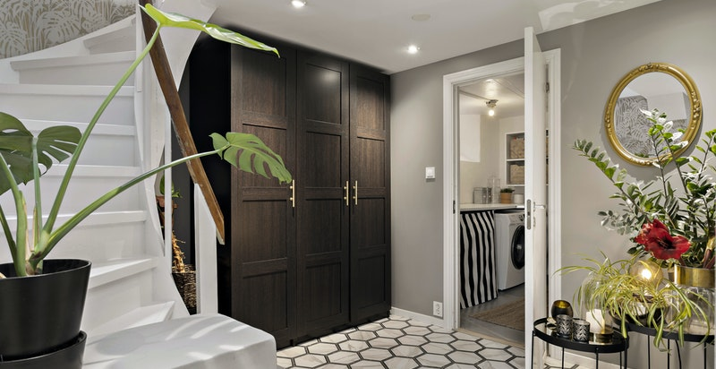 Flislagt hall med varme - garderobe og direkte inngang til vaskerom