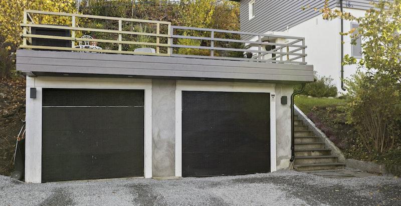 Dobbel garasje med el-bil-lader - terrasse på toppen av garasjen