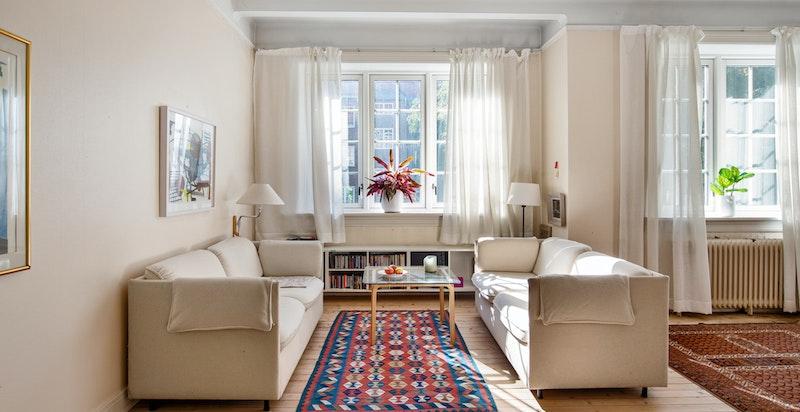 Store vindusflater sikrer et godt naturlig lysinnslipp.