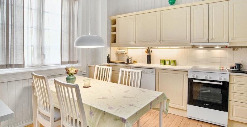 Kjøkken med spiseplass.