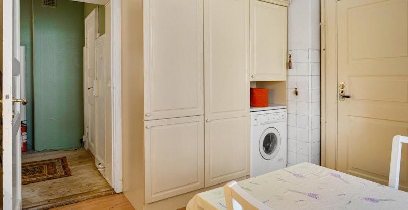 Kjøkkenet har opplegg for vaskemaskin.