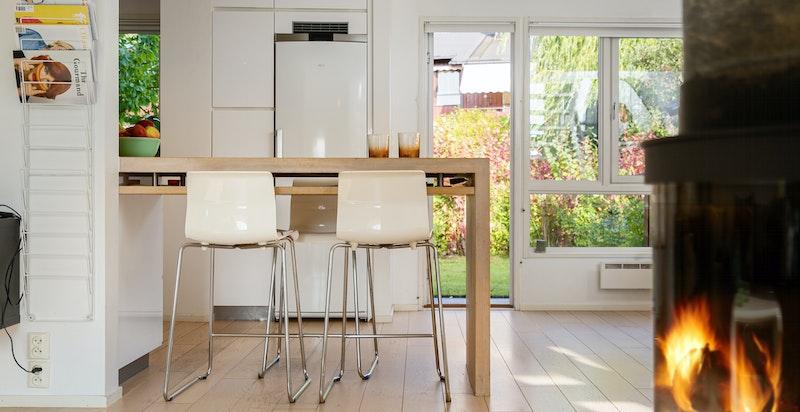 Smart bar-spiseplassløsning mellom kjøkken og stue