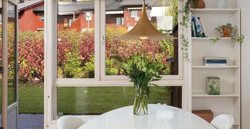 Spisestue - plass for stort spisebord og utgang til terrasse og hage