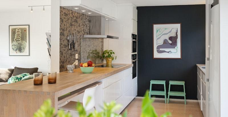 Lekkert kjøkken med god skapplass og benkplass.