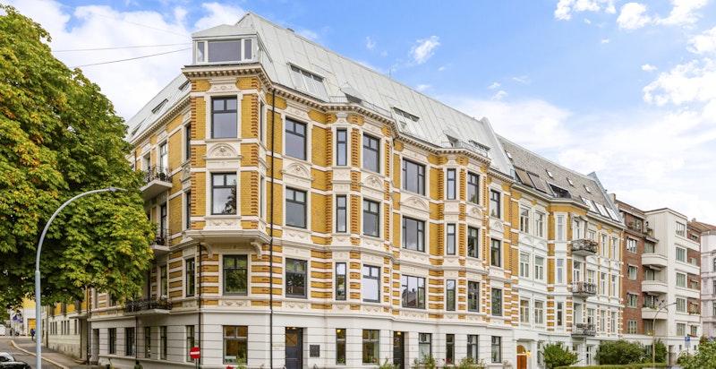 Fasade - vakker og velholdt klassisk bygård (med heis). Rehabilitert i 2015.