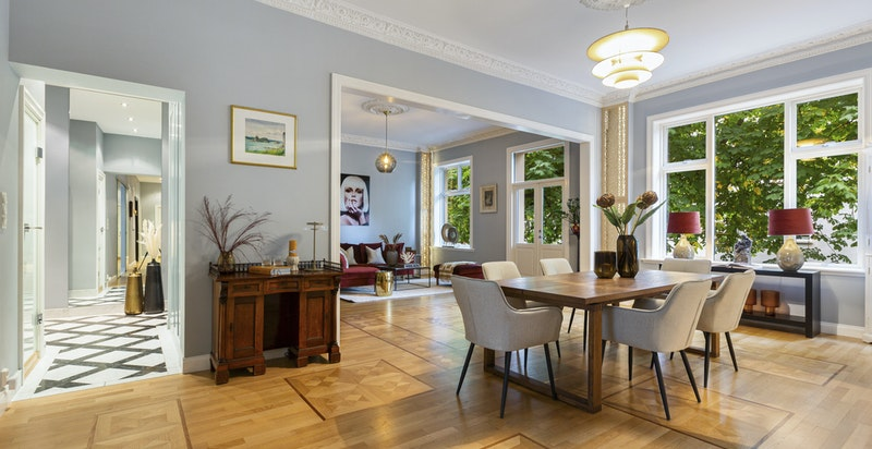 Representativ og usjenert - gjennomgående - leilighet med store vindusflater og sjenerøs himlingshøyde