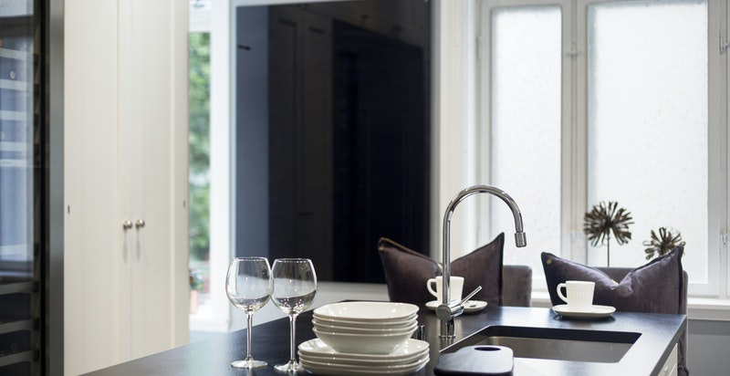 Tøft kjøkken med høy standard på innredninger og utstyr.