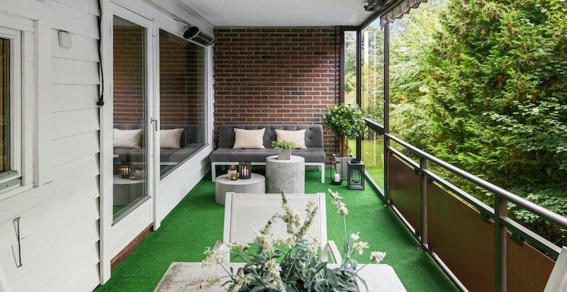 Stor, overbygget terrasse med plass til flere soner