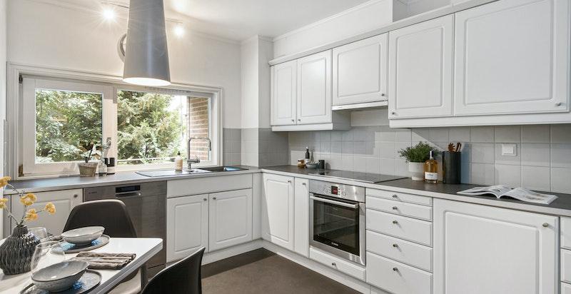 Stort kjøkken med hvitevarer og egen spiseplass