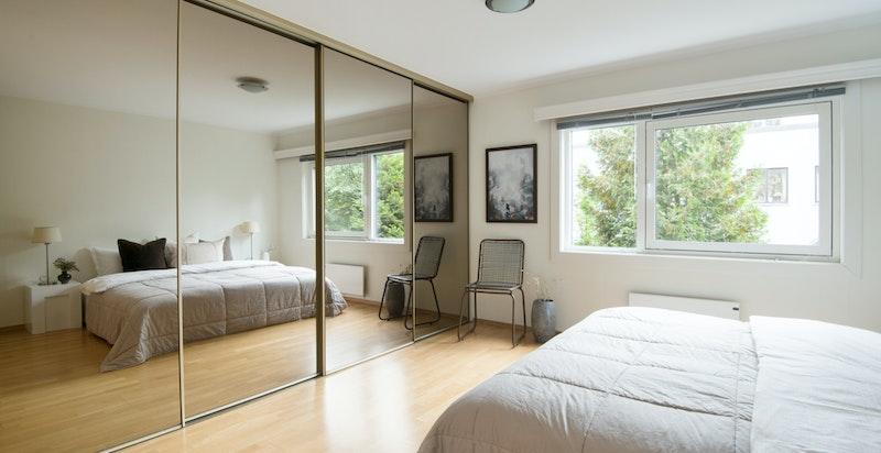 Det største soverommet har skyvedørsgarderobe med speilfronter