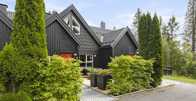 Velkommen til Ullveien 15 B, som ligger i en rekke på tre og er den største hustypen på tunet