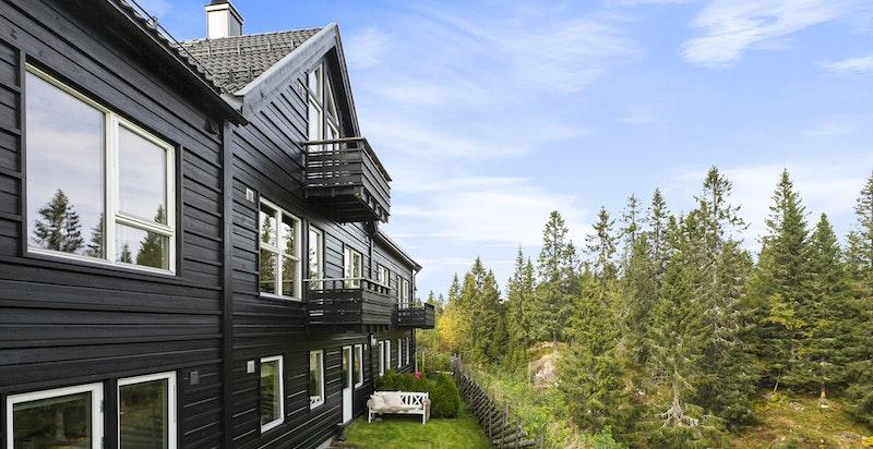 På baksiden av huset er det utgang til hage og nydelig utsikt ut i marka