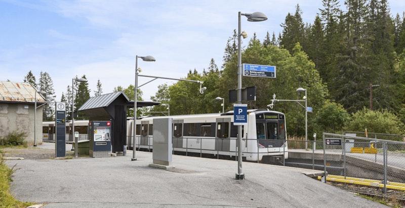 Kort gangavstand ned bakken til T-banestasjon på Voksenkollen