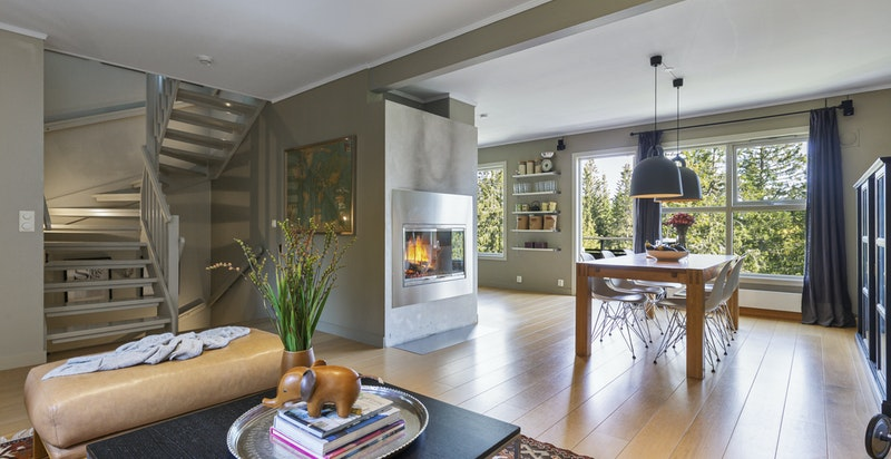 hyggelig plassert med usjenert utsikt mot skogen, flott peisen og med god kontakt med kjøkkenet