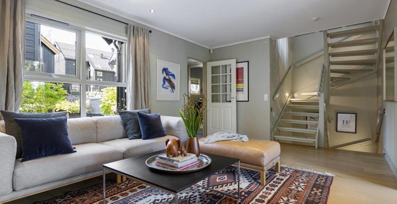 Stuen i 1. etasje har godt med gjennomlys og er romslig med flere møbleringsmuligheter