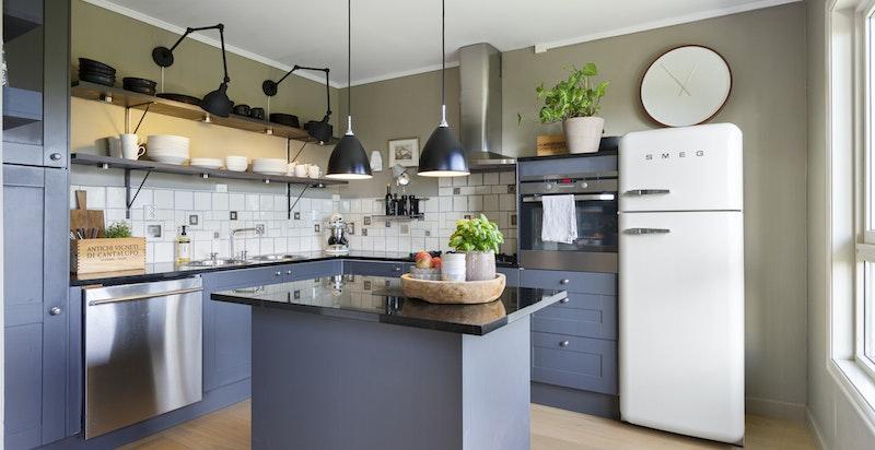 Flott kjøkken med en bruksvennlig planløsning og godt med arbeidsplass og benkeplass
