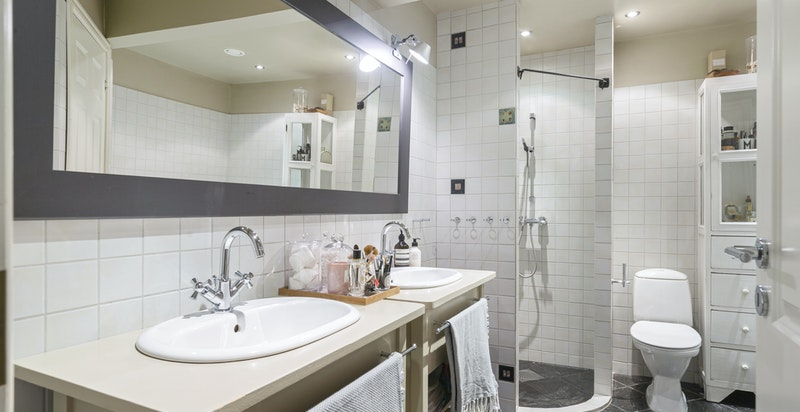 Stort hovedbad på soveromsplanet med dusj, badekar og eget vaskerom